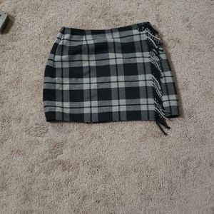 Wool paid skirt fringe along 2 button closure